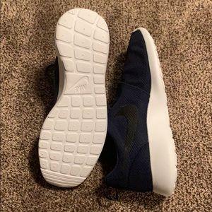 Nike Shoes - Nike Roshe runs